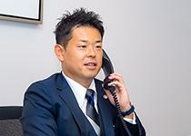 電話中の弁護士の写真